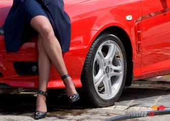 Женщина за рулем: фото популярных марок авто