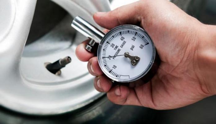 Измерение давления стрелочным манометром