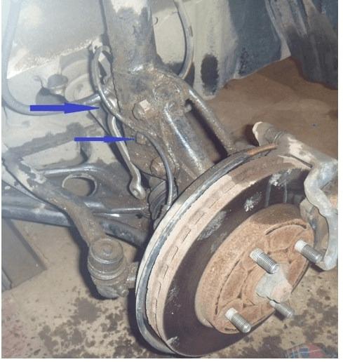 Демонтаж тормозного шланга и датчика АБС