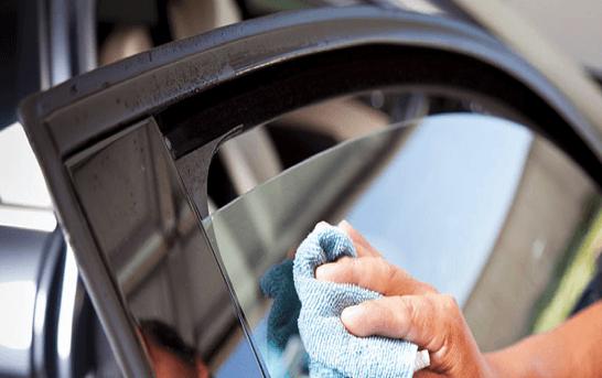Протирание автомобильного стекла