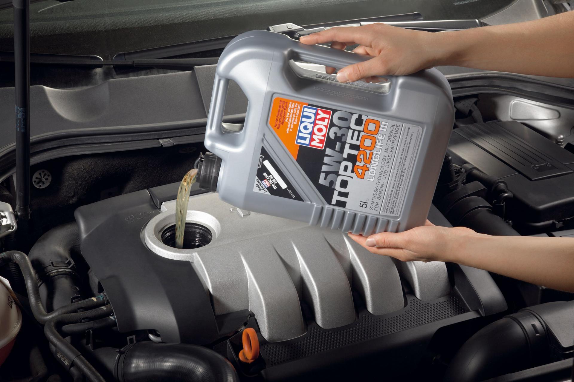 Заливать масло в двигатель
