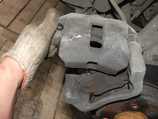 Замена задних тормозных колодок Рено Логан