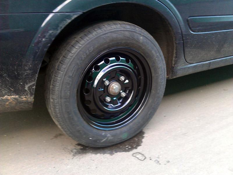 Покрашенный диск на машине