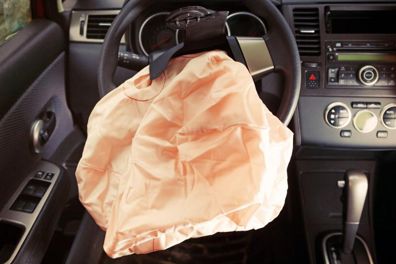 Выстрелившая подушка безопасности в руле