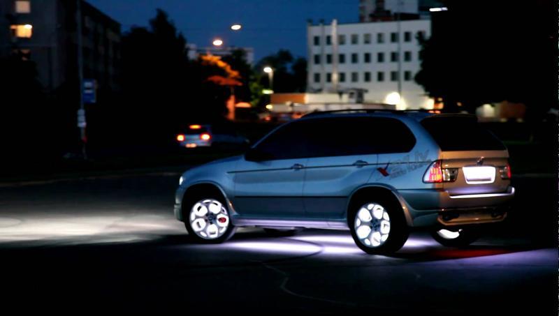 Машина на дисках с тюнингом, подсветка
