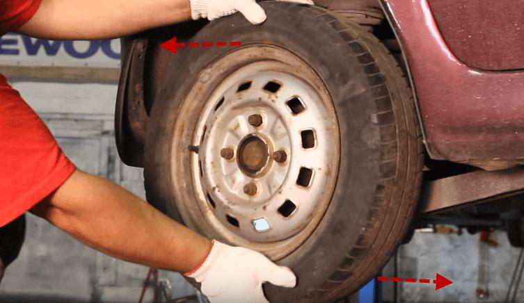 Проверка колеса на вертикальный люфт