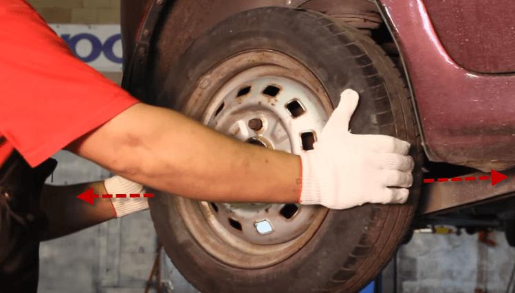 Проверка колеса на горизонтальный люфт