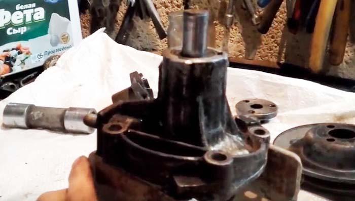 Выпрессовка подшипника помпы ВАЗ 2107