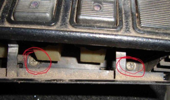 Шурупы под кнопочной панелью
