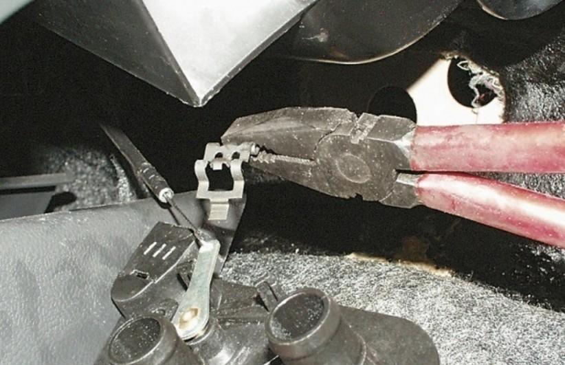 Отсоединение тяги крана отопителя ВАЗ 2114