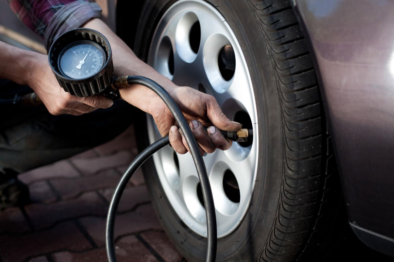 Когда и как проверять давление в шинах