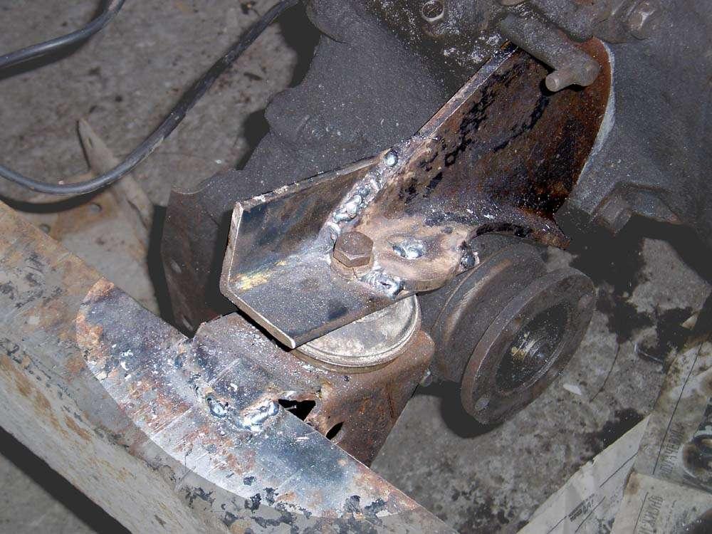 Крепление двигателя к кузову с помощью металлических уголков