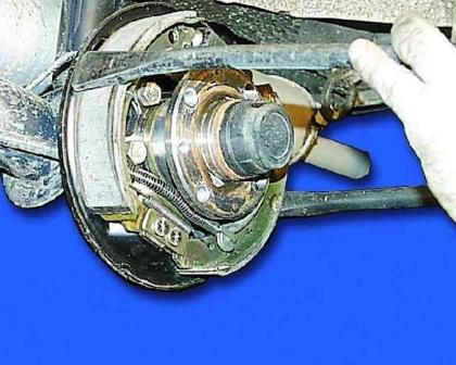 Подтягивание троса ручника после установки колодок
