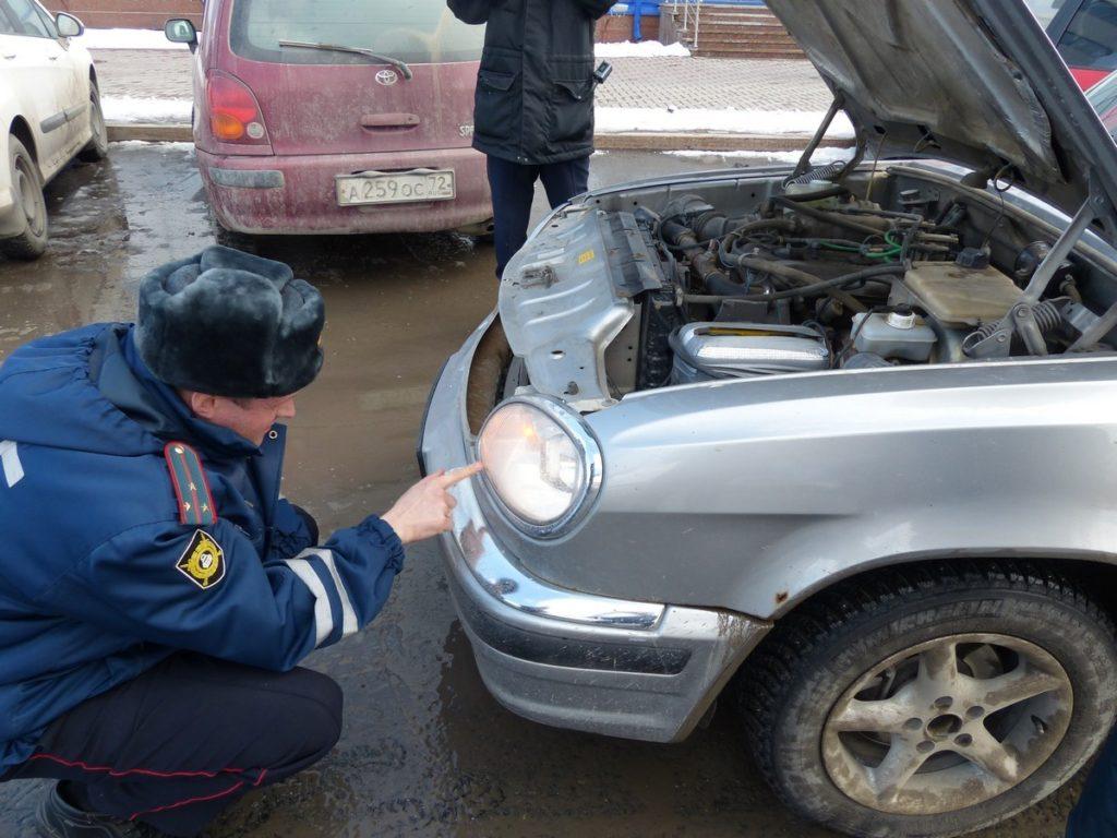 Проверка сотрудником ДПС состояния фар автомобиля