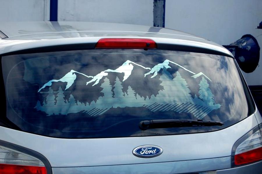 Рисунок на тонировке автомобиля