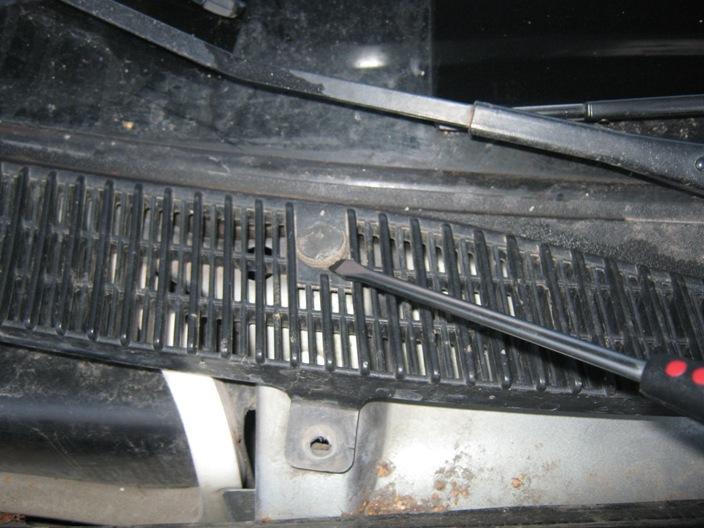 Винты наружной части решётки салонного фильтра Калины