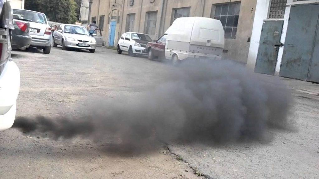 Появление чёрного дыма при резком нажатии на педаль газа