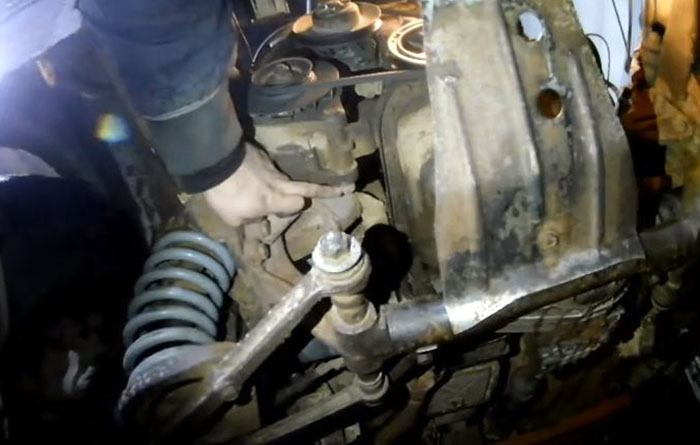 Нижний болт крепления генератора ВАЗ 2101–07