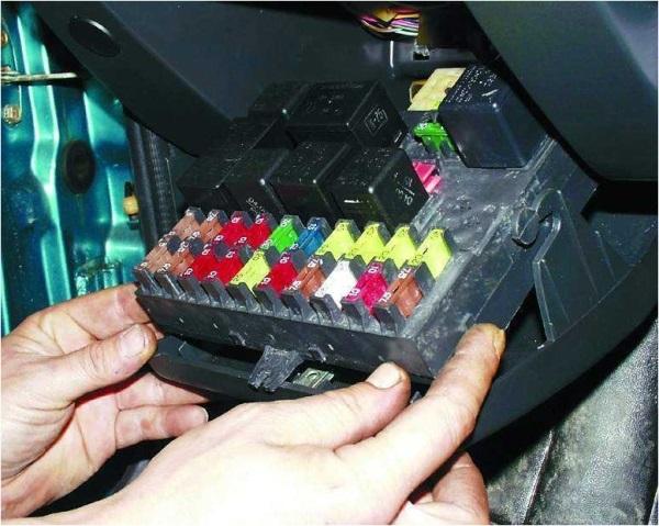 Извлечение монтажного блока реле с предохранителями