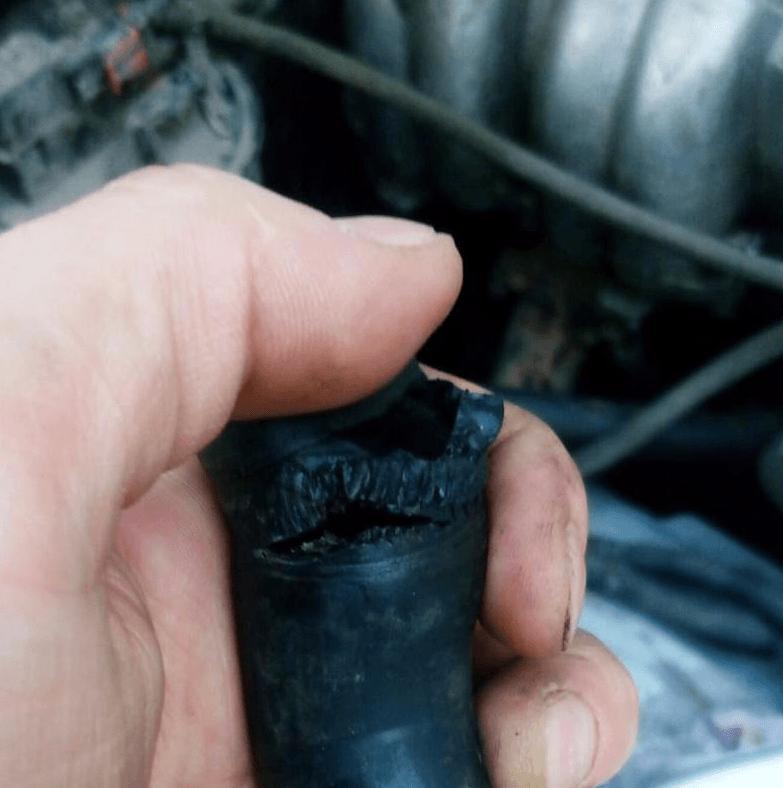 Повреждение патрубка печки